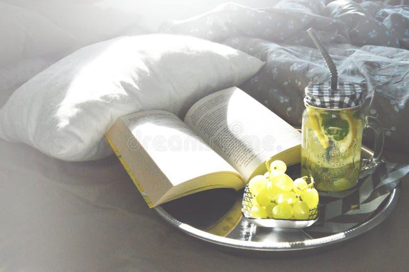 Entspannen Sie sich im Bett lizenzfreie stockfotografie