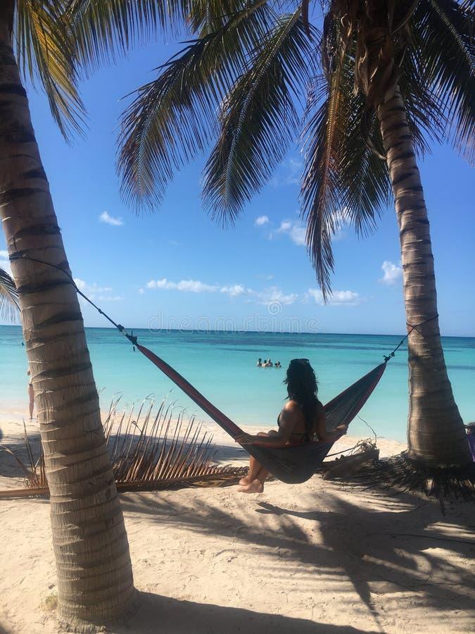 Entspannen Sie sich im kubanischen Paradies lizenzfreies stockfoto