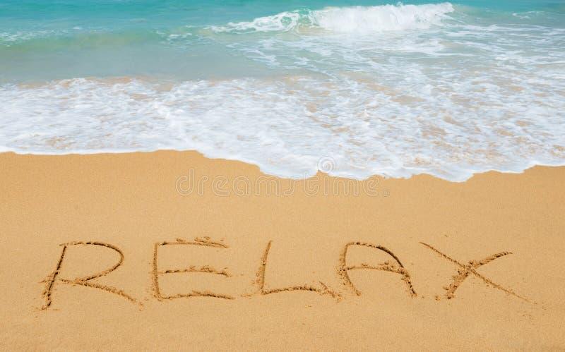 Entspannen Sie sich Mitteilung auf dem Strandsand stockfotografie