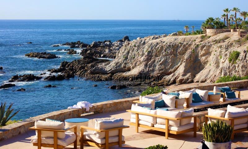 Entspannen Sie sich Platzmeerblick an der felsigen Klippe am netten Hotelrestaurant Kaliforniens Los Cabos Mexiko mit fantastisch lizenzfreie stockfotografie