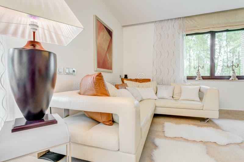 Entspannen Sie sich Raum im splashy Wohnsitz stockfotografie