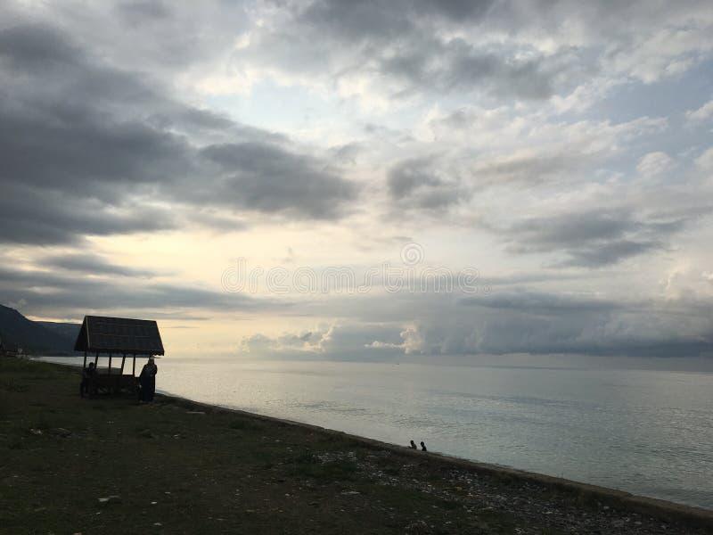 Entspannen Sie sich Sonnen-Strandwolken Seefischerschwarzen meers stockfotografie