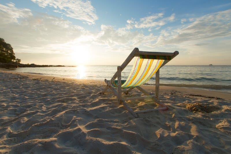 Entspannen Sie sich Stuhlstrandsonnenuntergang stockfotos
