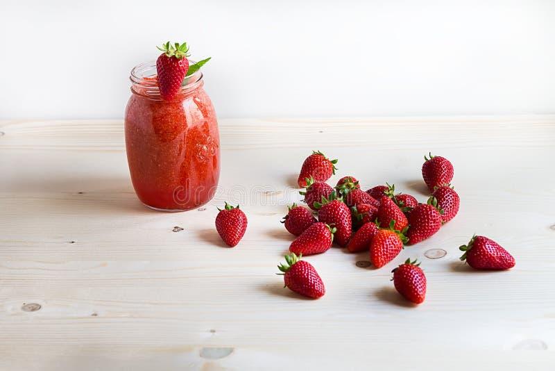 Entspannen Sie sich Zeit mit Erdbeeresmoothie mit hölzernem Hintergrund stockfotos