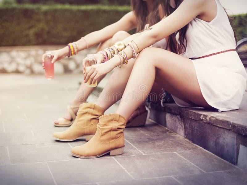 Entspannende Boho-Mädchen stockbilder
