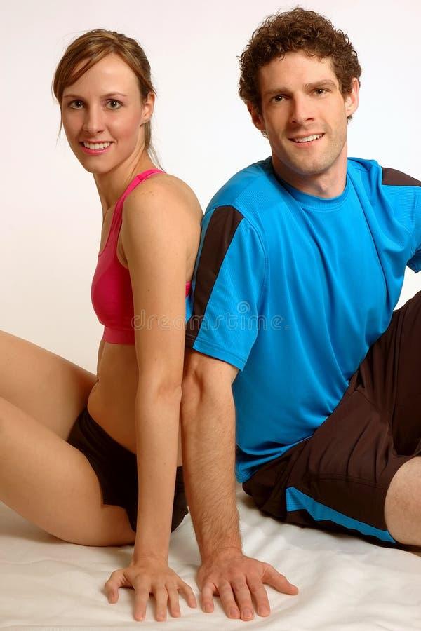 Entspannende Eignung-Paare stockbild