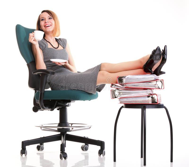 Entspannende Fahrwerkbeine der FrauenArbeitsniederlegungs-Geschäftsfrau up viel von Doc. lizenzfreies stockfoto