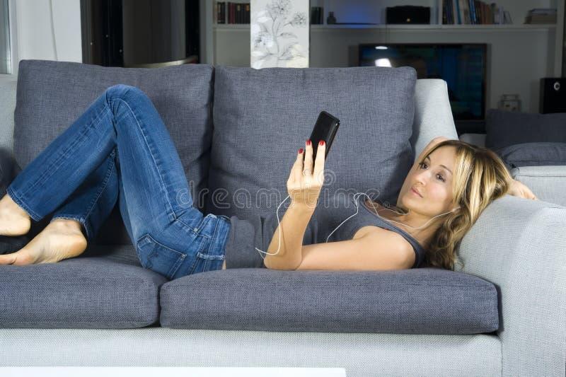 Entspannende Frau lizenzfreie stockfotografie