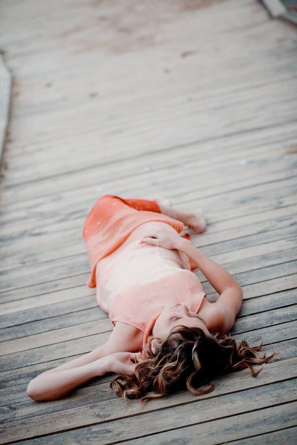 Entspannende Frau auf Anlegeplatz lizenzfreies stockbild
