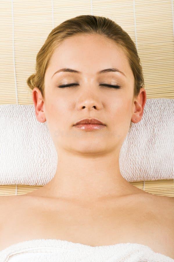 Entspannende Frau in einem Badekurort lizenzfreie stockbilder