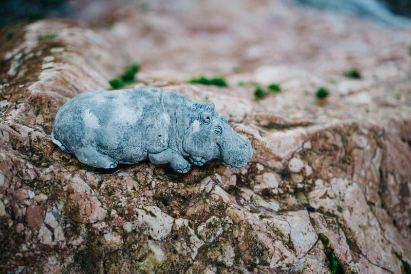 Entspannende Hippohippopotamus-Steinzahl Zahl gemacht von Inkerm lizenzfreies stockfoto