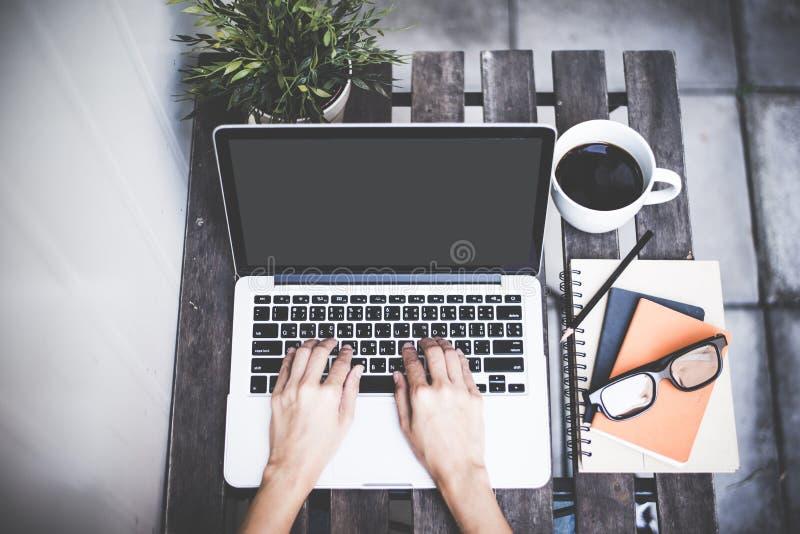 Entspannende kalte Heimarbeit des Arbeitsplatzes für Büro und Designlaptop Smartphone mit Morgenkaffee, lizenzfreies stockbild