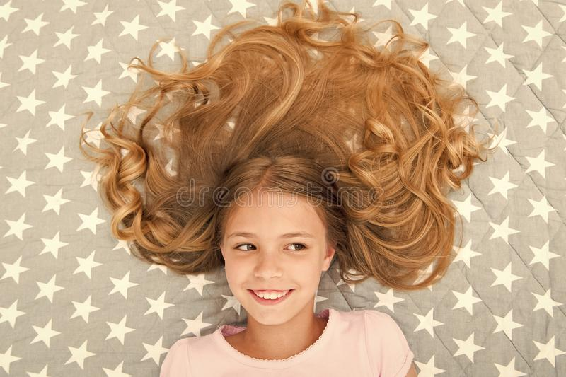 Entspannende Kindergelockte Frisur Organisches ?l der Conditionermaske halten Haar gl?nzend und gesund ?berraschende Haarspitzen  lizenzfreies stockbild