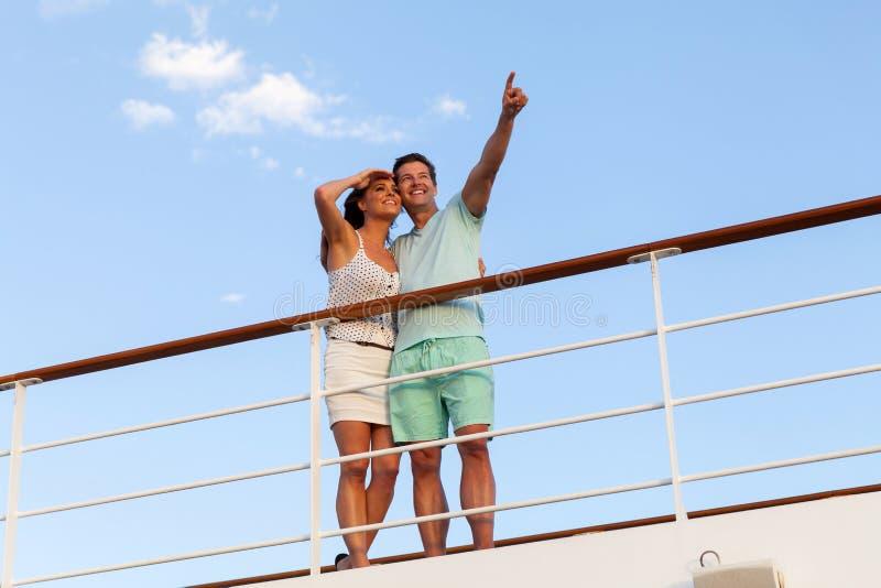 Entspannende Kreuzfahrt der Paare lizenzfreie stockfotos