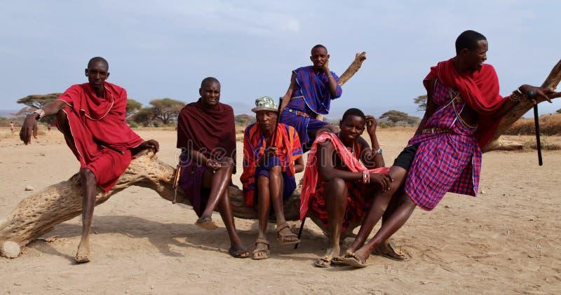 Entspannende Masaistammesangehöriger lizenzfreies stockbild