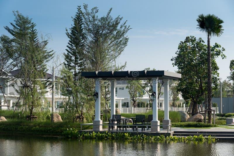 Entspannende oder lebende Ecke im Ufergegendpavillon lizenzfreies stockfoto