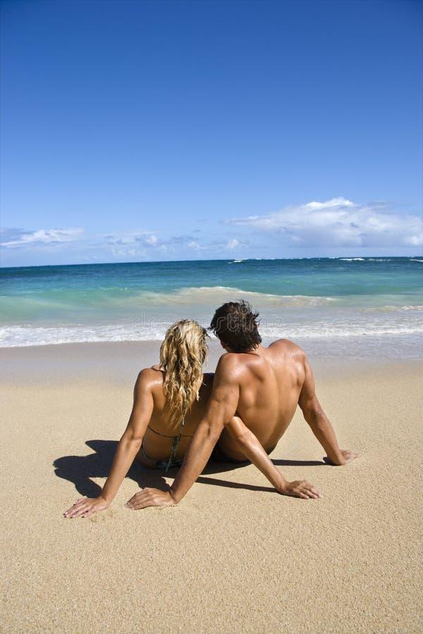 Entspannende Paare. lizenzfreie stockbilder