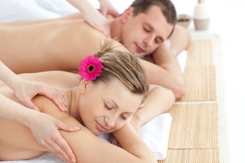 Entspannende Paare, die eine Massage haben stockfotografie