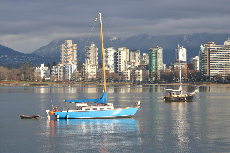 Entspannende Segelboote in Vancouver, Kanada lizenzfreie stockfotos