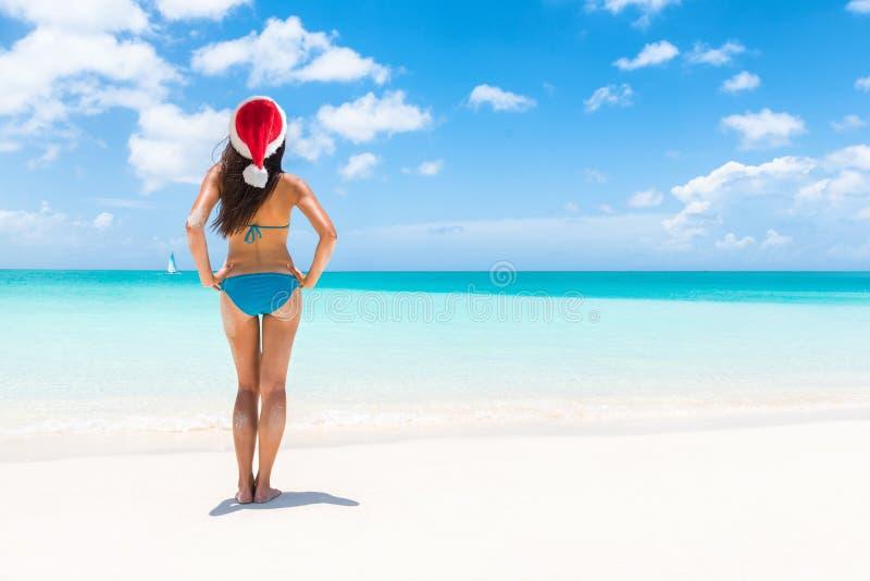 Entspannende Weihnachtsstrandsankt-Hutbikinifrau lizenzfreies stockbild