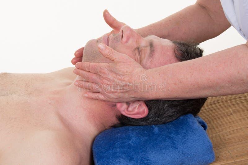 Entspannender Komfort des Mannes, der Halsmassage erhält lizenzfreies stockbild