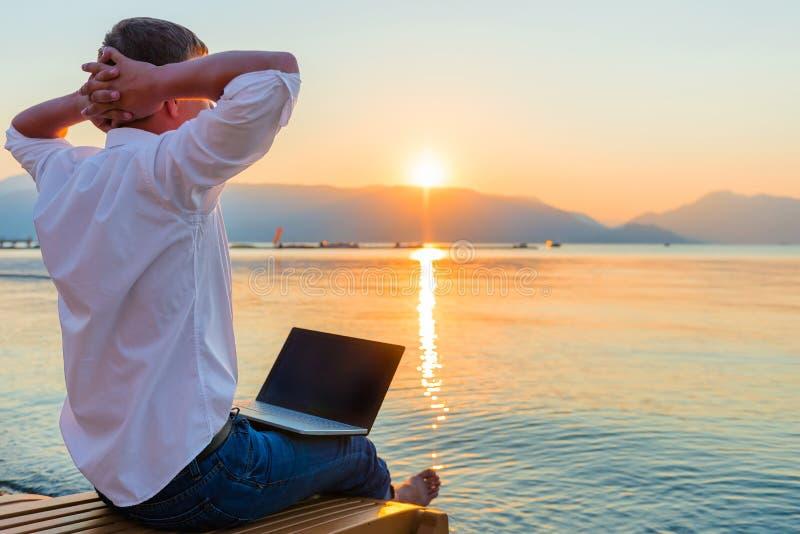 Entspannender Unternehmer stockfoto