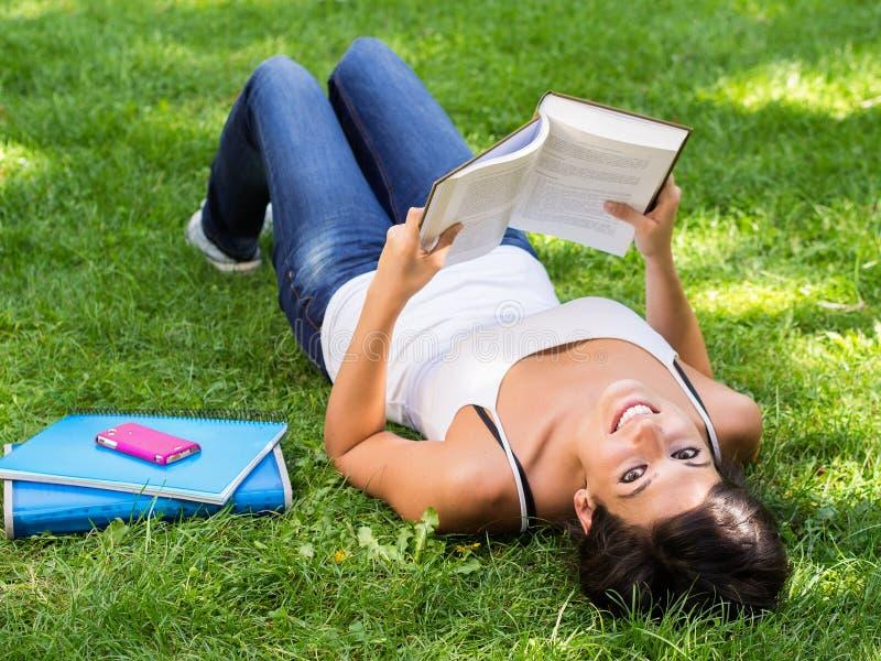 Entspannendes Buch des jungen Mädchens Lese stockbilder