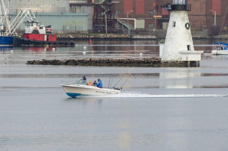 Entspannendes Fischerboot keine Entschuldigungen, die hinter Leuchtturm gleiten lizenzfreies stockfoto