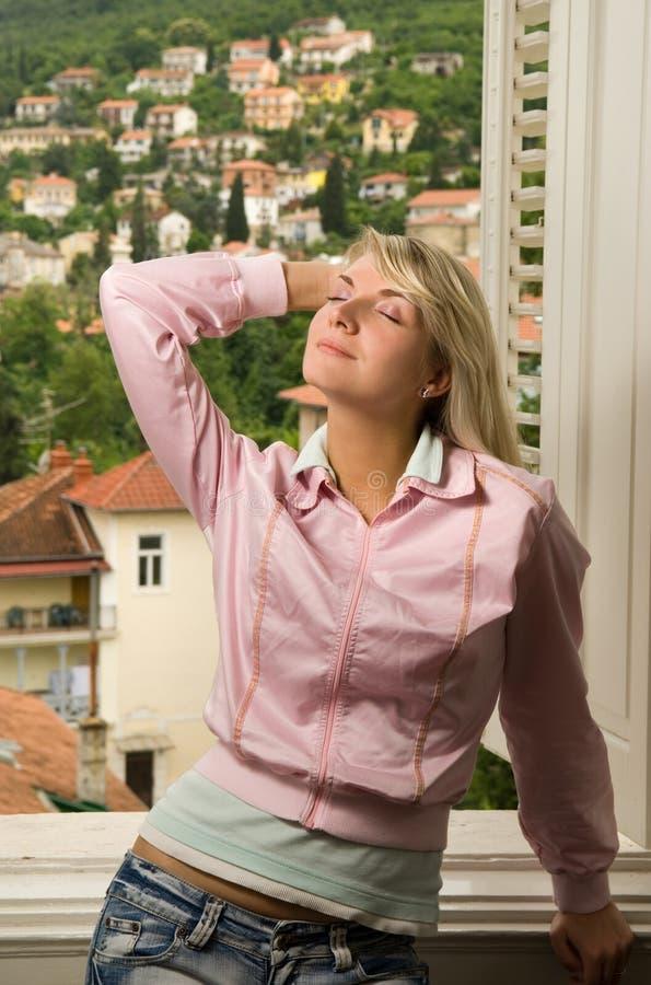Entspannendes nahes der Frau das Fenster stockfotos