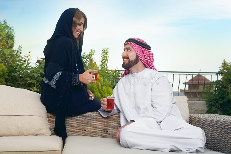 Entspannenu. trinkender Tee der arabischen Paare stockfotografie