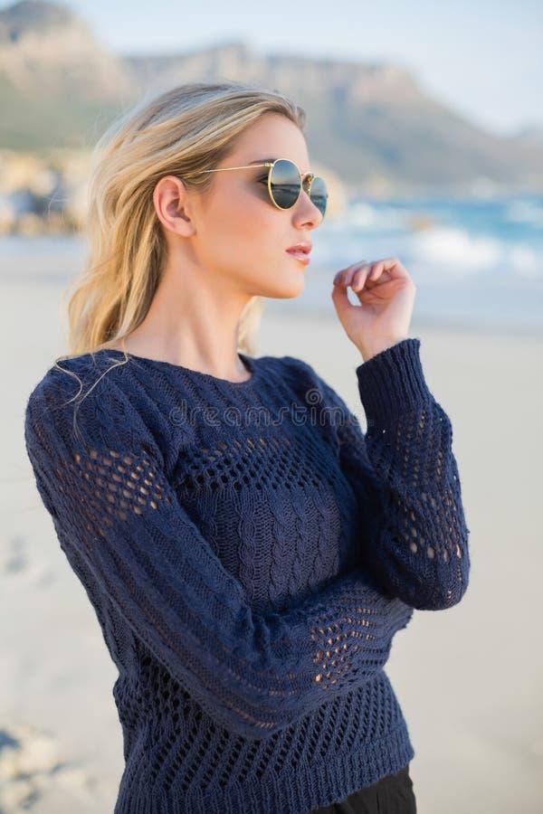 Entspannte attraktive blonde Aufstellung lizenzfreie stockbilder