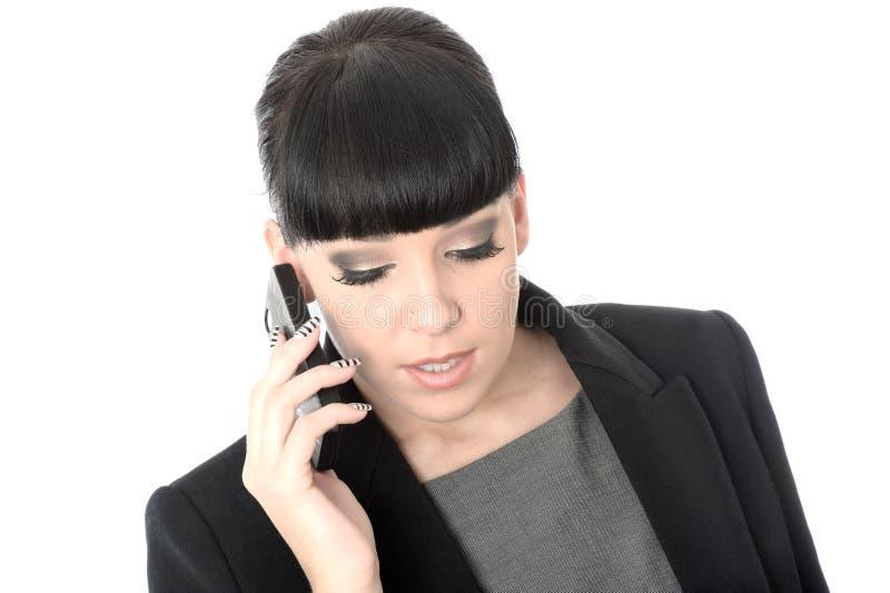 Entspannte Berufsgeschäftsfrau, die am Handy spricht lizenzfreie stockfotos