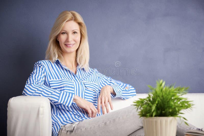 Entspannte Frau lizenzfreies stockbild