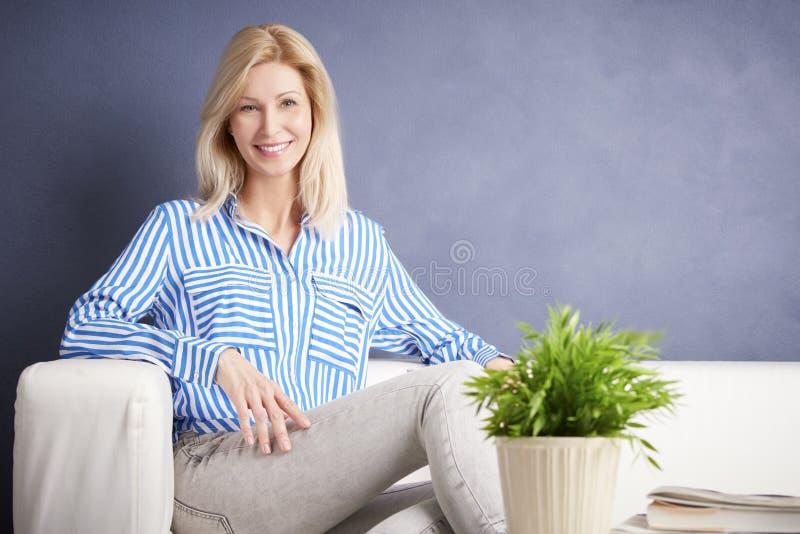 Entspannte Frau stockfotos