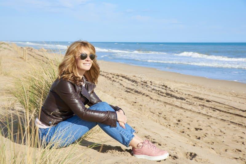 Entspannte Frau auf dem Strand stockfotos