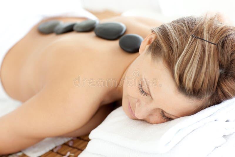 Entspannte Frau, die eine Badekurortbehandlung empfängt lizenzfreie stockfotografie