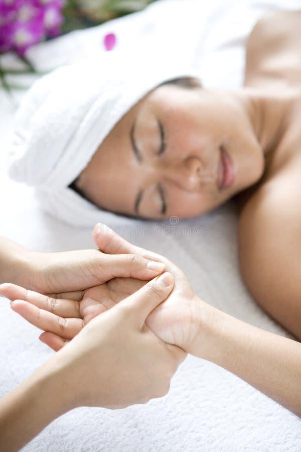 Entspannte Frau, die Handmassage empfängt stockfoto