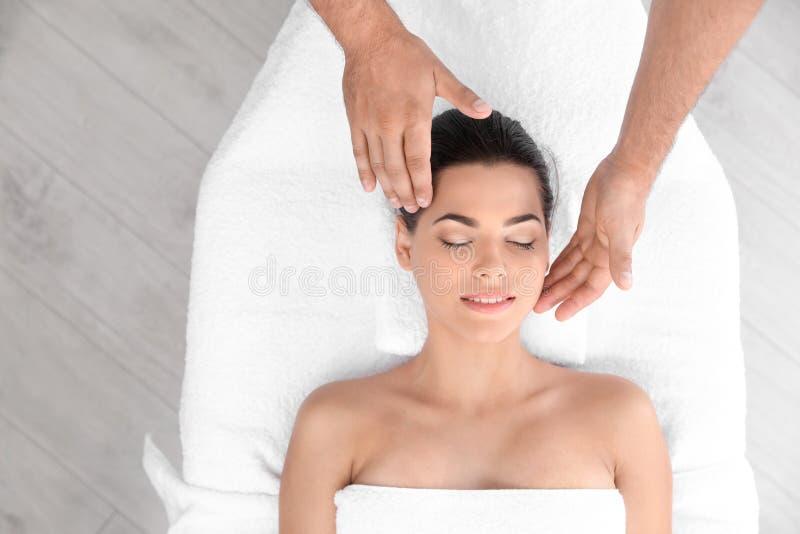 Entspannte Frau, die Kopfmassage empfängt stockfotos