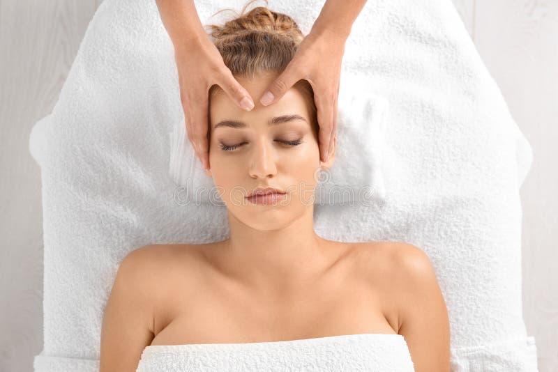 Entspannte Frau, die Kopfmassage empfängt stockfotografie