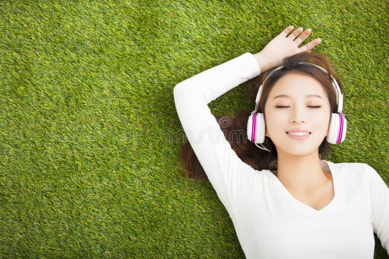 Entspannte Frau, die Musik mit Kopfhörern hört stockfoto