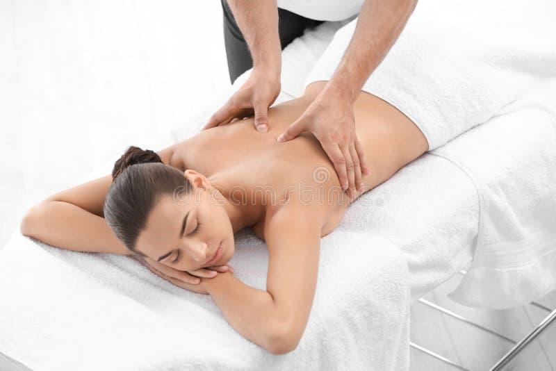 Entspannte Frau, die Rückenmassage d empfängt stockbilder