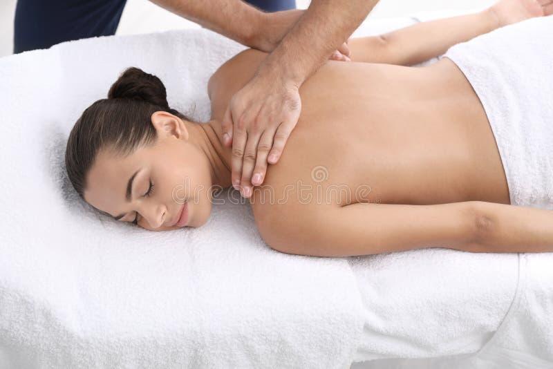 Entspannte Frau, die Rückenmassage empfängt lizenzfreies stockbild