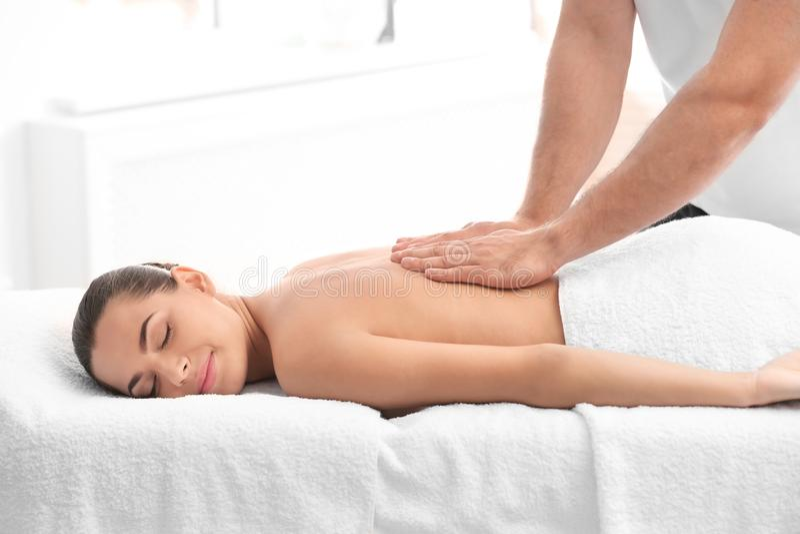 Entspannte Frau, die Rückenmassage empfängt stockfotografie