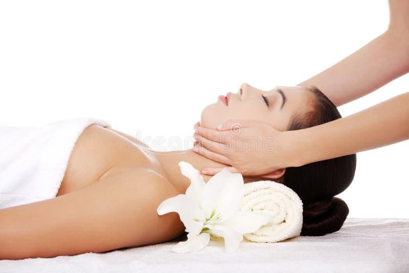 Entspannte Frau genießen, Gesichtsmassage zu empfangen lizenzfreies stockbild