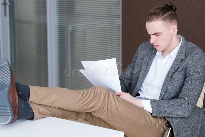 Entspannte Geschäftsführerlesung tapeziert Büro lizenzfreie stockfotos