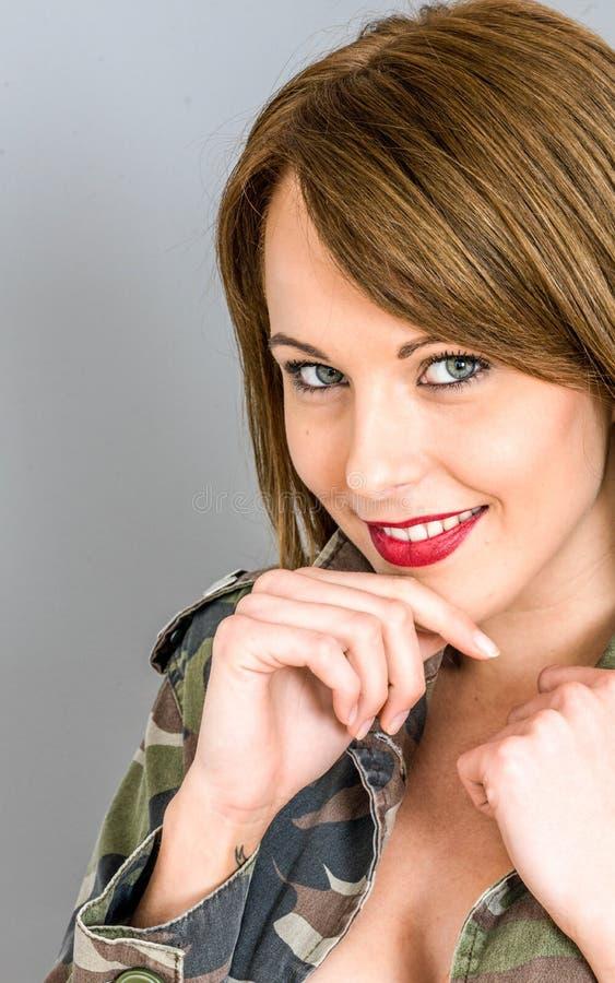 Entspannte glückliche junge Frau, die das Kamera-Lächeln betrachtet stockfoto
