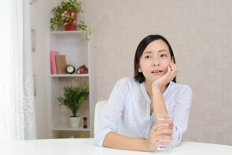 Entspannte junge Frau lizenzfreies stockfoto