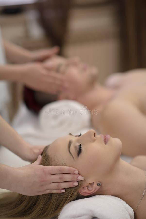 Entspannte junge Paare, die Massage im Badekurort erhalten stockfotos