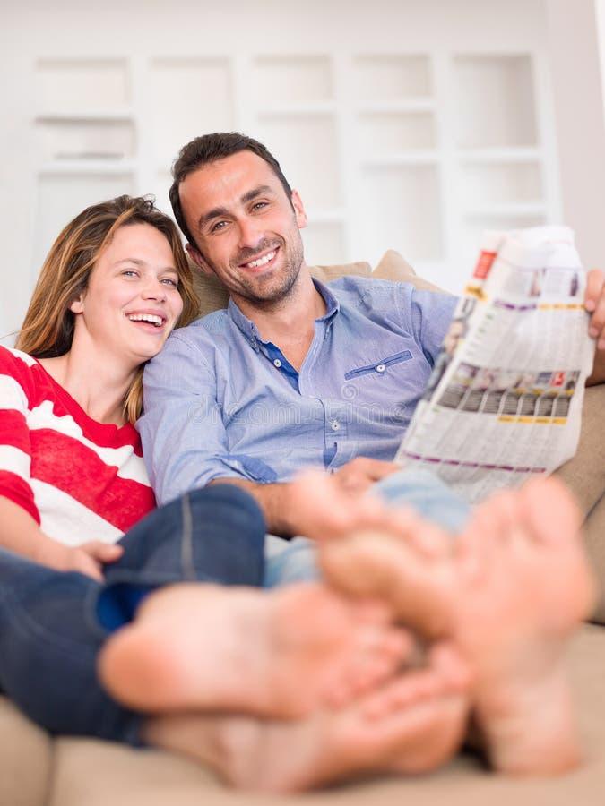 Entspannte junge Paare zu Hause stockfoto