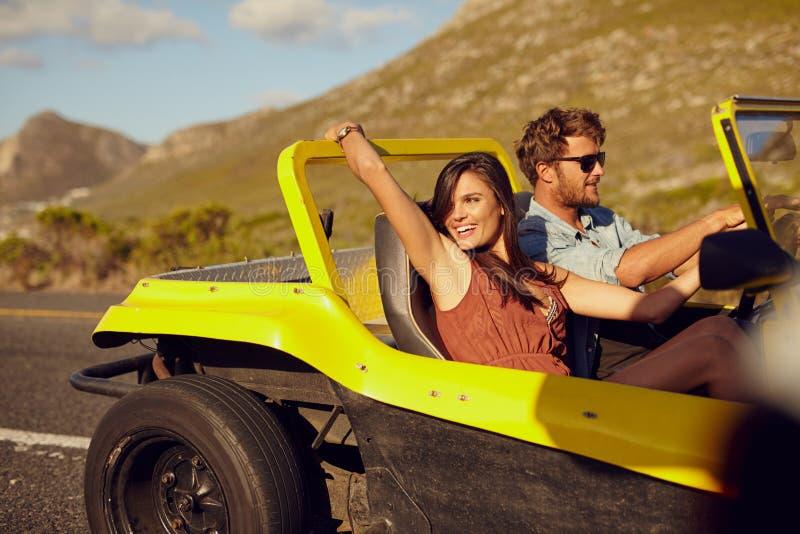 Entspannte Paare, die in der Autofahrt genießen stockfoto